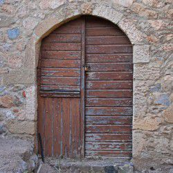 photo of old door, One Million Words, travel & discover mysterious Greece